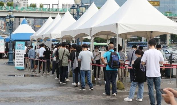 서울 중구 서울역 임시선별진료소에서 시민들이 검사 대기를 하고 있다.(사진=뉴스1)