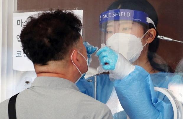 서울 중구 서울역 선별진료소에서 의료진이 검사를 하고 있다. /사진=뉴스1