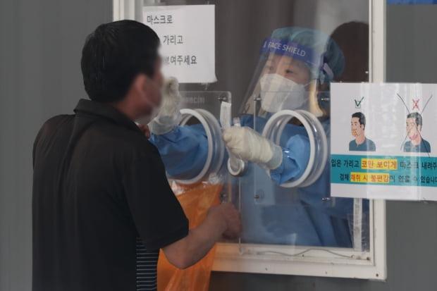 서울역광장에 마련된 중구 선별검사소에서 한 시민이 코로나19 검체 검사를 받고 있다. 사진=뉴스1