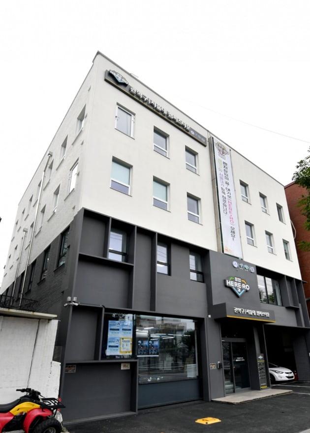 서울대 캠퍼스타운은 현재 '창업 HERE-RO 2·3·4'를 개소했다. 창업 HERE-RO 3 건물.
