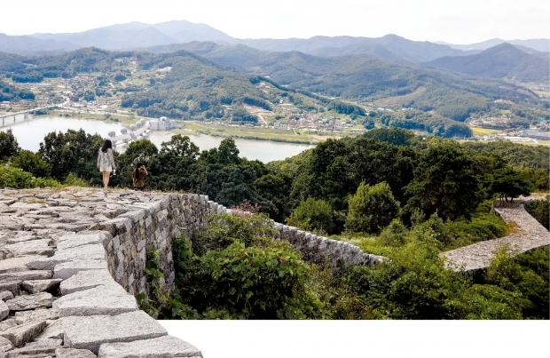 파사산성 정상에 서면 이포대교와 남한강의 풍광뿐만 아니라 멀리 이천, 양평까지 한눈에 들어온다.
