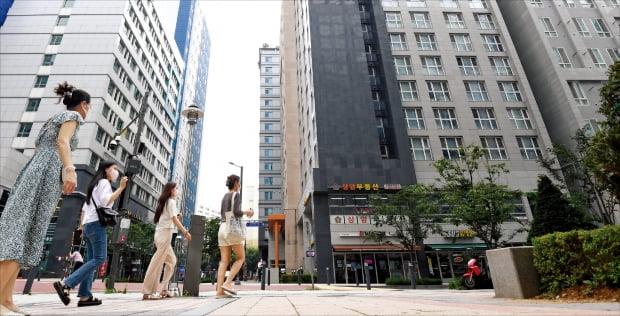 아파트값이 치솟으면서 대체재인 오피스텔의 몸값도 함께 올라가고 있다. 서울 마포구청역 인근 오피스텔 밀집 지역.  한경DB