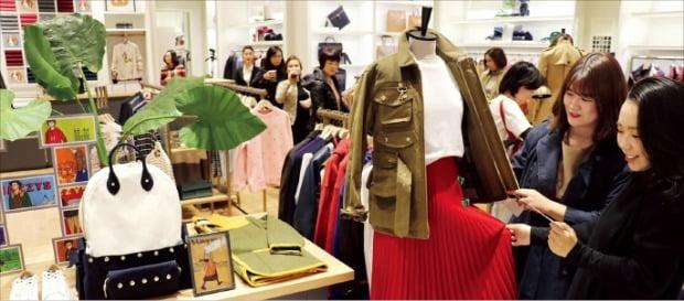 롯데백화점 베트남 하노이점 LF 헤지스 플래그십스토어에서 소비자들이 옷을 고르고 있다.  /LF 제공