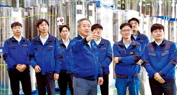 오정강 엔켐 대표(왼쪽 네 번째)와 회사 설립 초기 제일모직 등에서 합류한 연구원들이 천안 공장을 살펴보며 대화하고 있다.  /천안=김영우 기자
