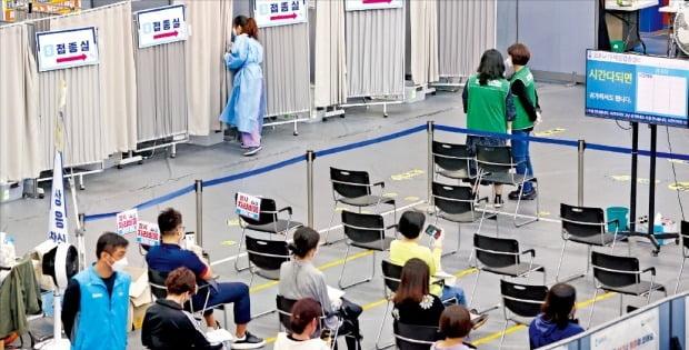 시민들이 14일 서울 송파구 코로나19 예방접종센터에서 백신을 맞은 뒤 이상반응을 관찰하기 위해 대기하고 있다.  /연합뉴스