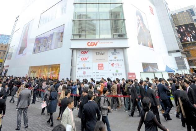 과거 협업 컬렉션 출시 당시 유니클로 명동중앙점 앞에 소비자들이 줄을 선 풍경. 사진=한경 DB