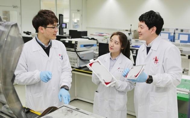 LG에너지솔루션의 전기차 배터리 연구원들. / LG에너지솔루션 제공