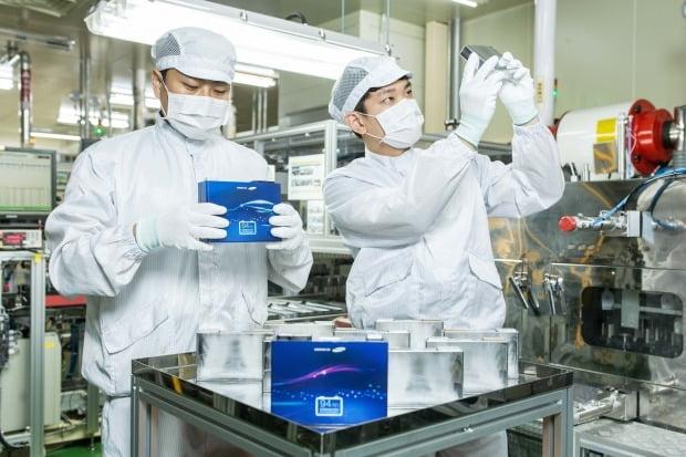 삼성SDI 연구원들이 경기 수원시 전자소재연구단지에서 전기차 배터리셀 제품을 살펴보고 있다.  /삼성SDI 제공