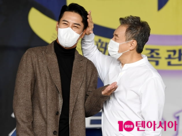 [TEN 포토] 장민호-김갑수 '우리 아들 쓰담쓰담'