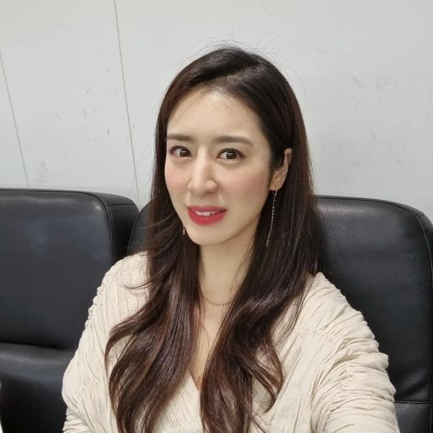 """'주진모 11살 연하♥' 민혜연, 빨간 민소매 입고 병원 진료 """"아직도 더워"""" [TEN★]"""