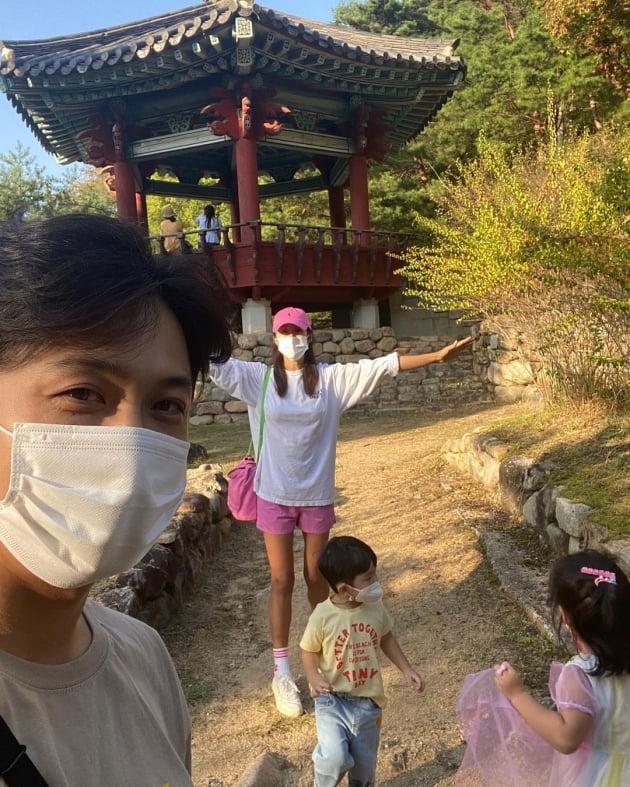 '연하 사업가♥' 김빈우, 52kg 애둘맘의 젓가락 각선미…핑크 숏팬츠로 여행룩 완성 [TEN★]