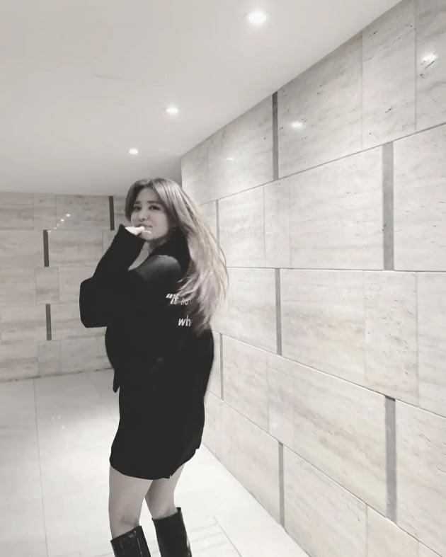 """'41세 애둘맘' 정시아, 롱부츠 신고 모델 턴+각선미 """"여름 옷 정리해야겠다"""" [TEN★]"""