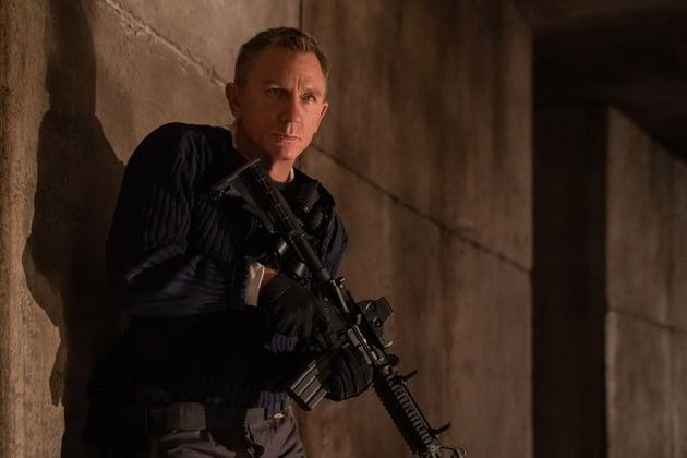 영화 '007 노 타임 투 다이' 스틸. 2차 세계대전 군사기지로 사용됐다는 설정의 악당 본거지에 잠입한 제임스 본드. / 사진=유니버설 픽쳐스