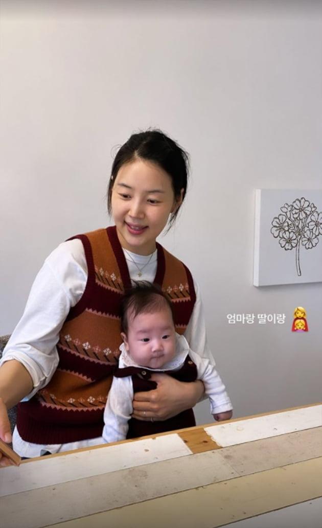 """'검사♥' 한지혜, """"엄마랑 딸이랑"""" 점점 더 닮아가는 모녀…딸 출산 후 첫 가을 [TEN★]"""