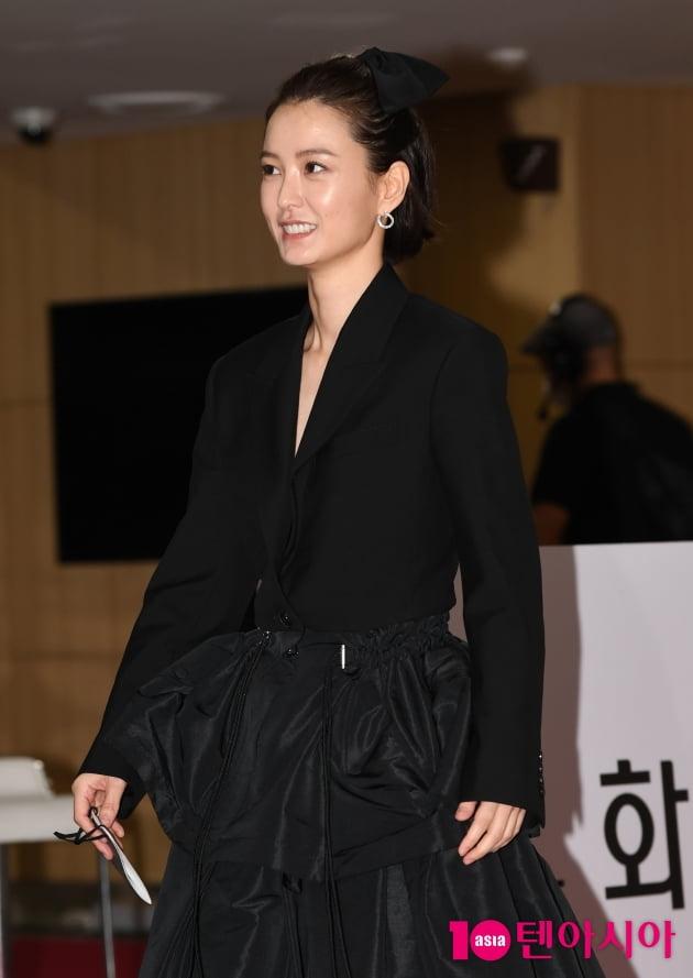 [TEN 포토] 정유미 '시크한 블랙+꽃미소는 덤'