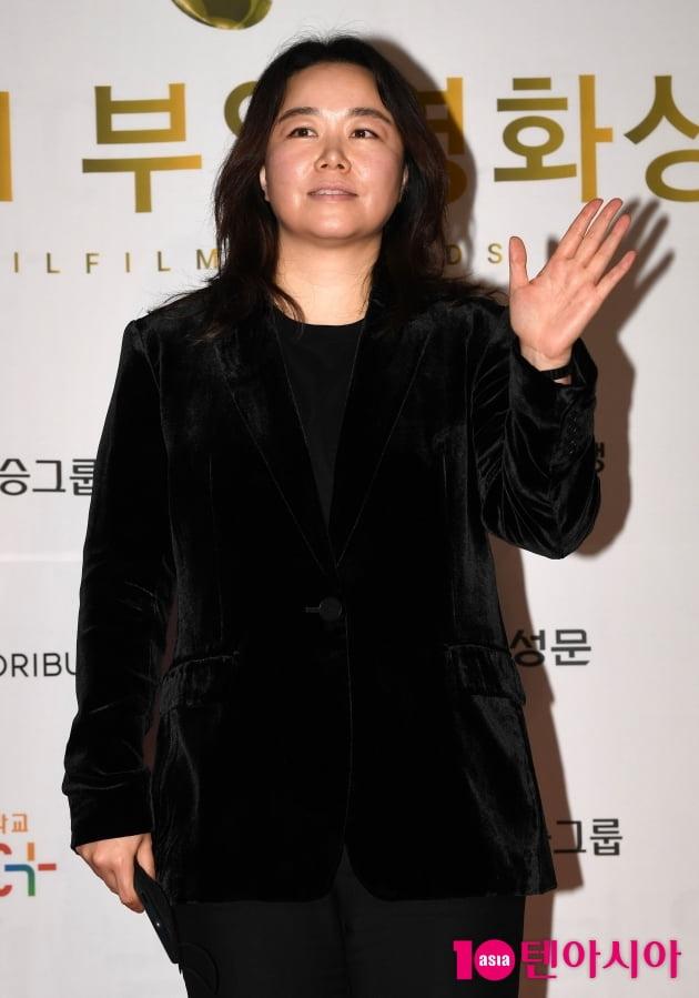 [TEN 포토] 홍의정 감독 '포토타임은 어려워'