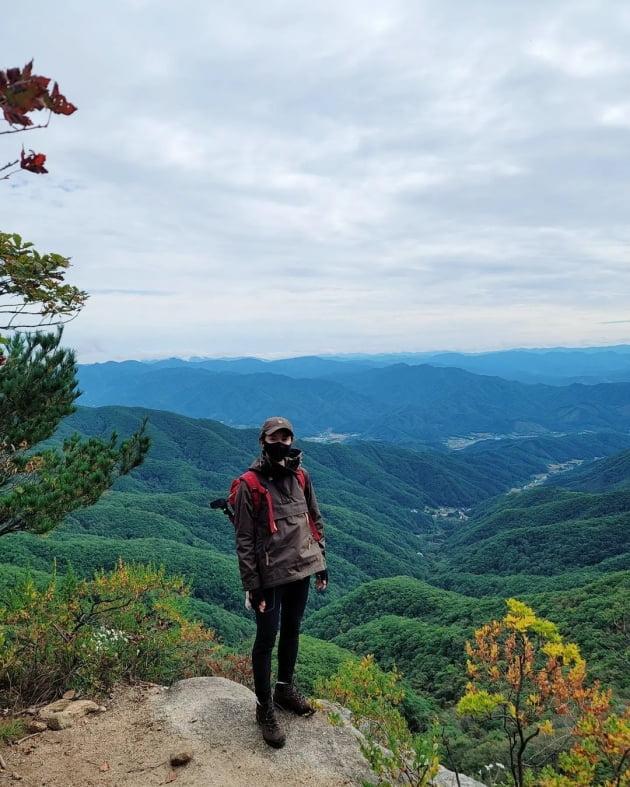 """'외식사업가♥' 이시영, 전문 산악인 같은 등산 실력…아찔한 바위 위에서 """"힐링"""" [TEN★]"""