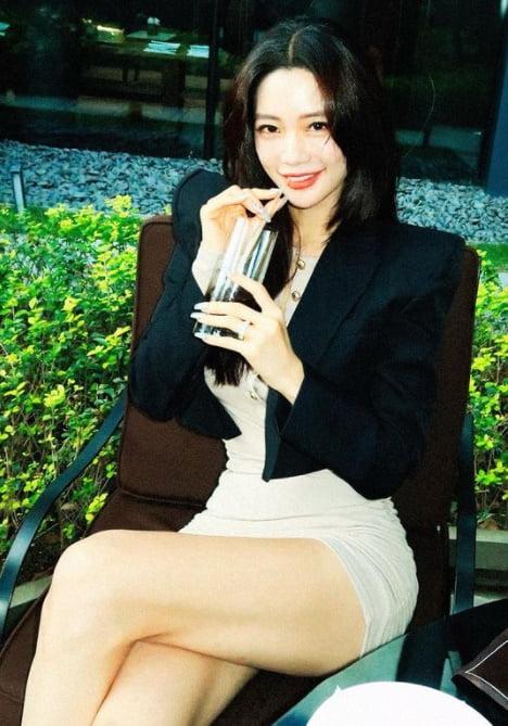 '사무엘 황♥' 클라라, 짧아도 너무 짧아…아찔한 다리 꼬기 [TEN★]