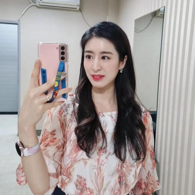"""'주진모♥' 민혜연, 명품 C사 귀걸이 하고 """"지각""""…머리 길이 고민에 한창 [TEN★]"""