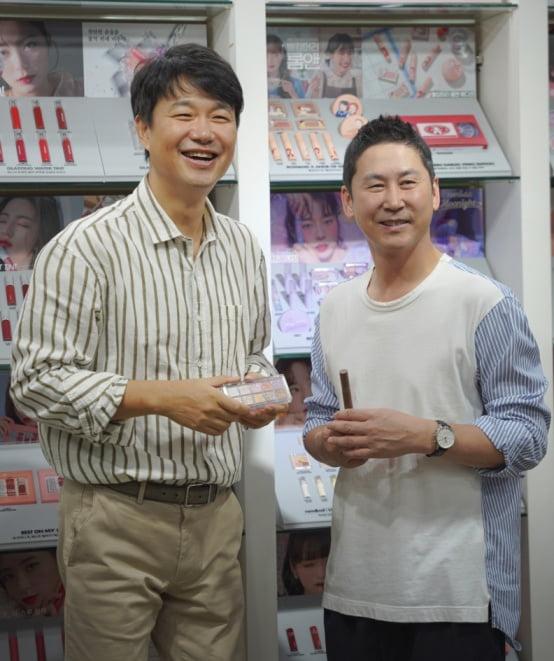 김태욱 대표(왼쪽)와 방송인 신동엽/ 사진=(주)아이패밀리SC 제공