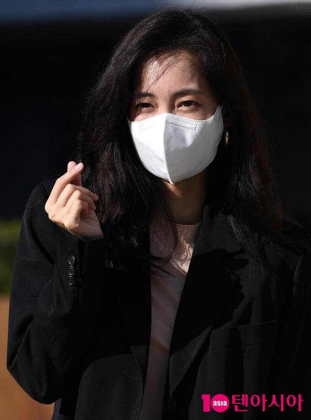 [TEN 포토] 신현빈 '수줍은 하트'