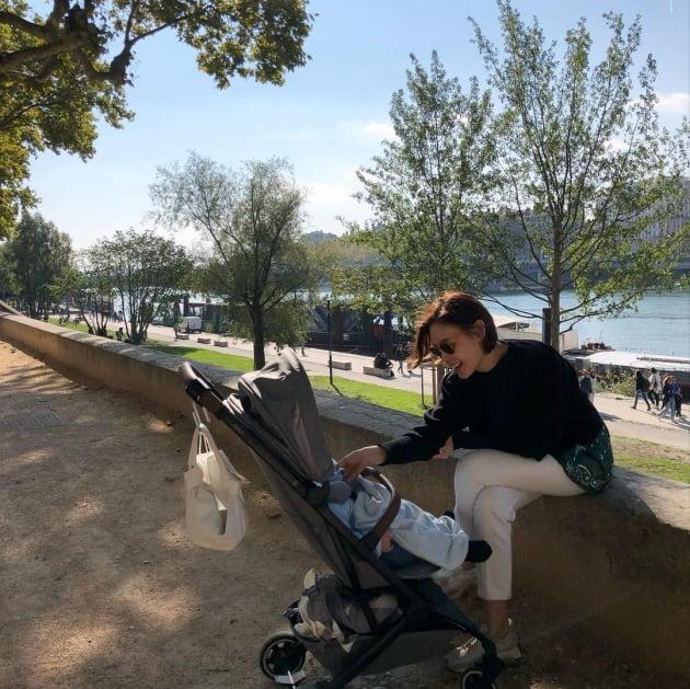 '대학교수♥' 구재이, 프랑스 공원 나들이 나선 애엄마…평범한 육아 일상이 화보 [TEN★]