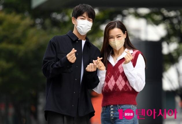 [TEN 포토] 이상윤-이하늬 '원더우먼 커플 사랑의 하트'