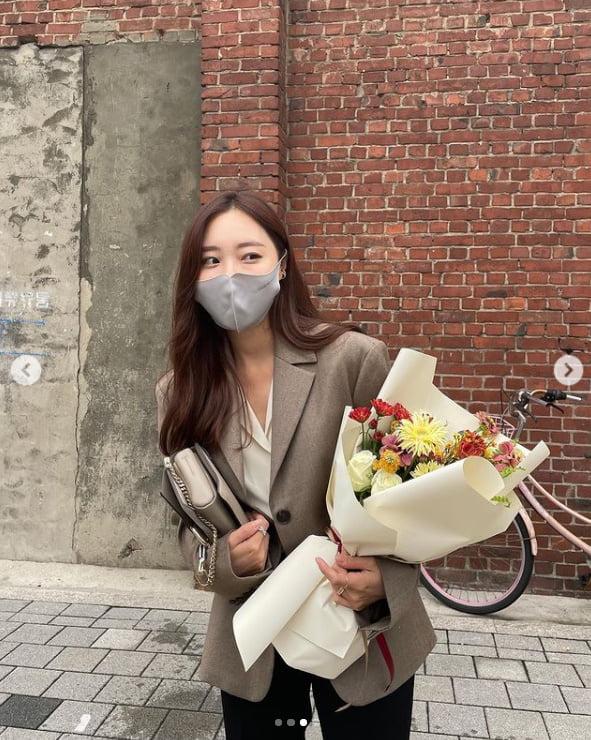 이솔이, ♥박성광이 꽃 줬나?...졸업하는 대학생 같아[TEN★]