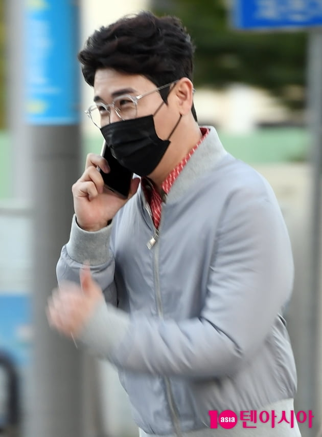 [TEN 포토] 영탁 '해맑은 미소로 통화중'