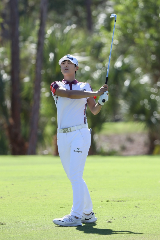 NAPLES, FL - NOVEMBER 18:  Sung Hyun Park of Korea plays a shot on the second hole during round three of the CME Group Tour Championship at the Tiburon Golf Club on November 18, 2017 in Naples, Florida.  (Photo by Sam Greenwood/Getty Images)