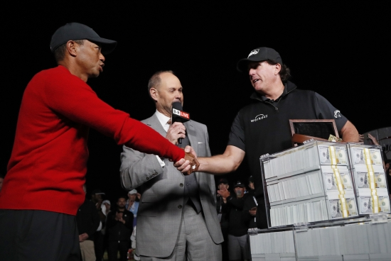 <YONHAP PHOTO-2707> Tiger Woods, left, shakes hands after losing a a golf match to Phil Mickelson, right, at Shadow Creek golf course, Friday, Nov. 23, 2018, in Las Vegas. (AP Photo/John Locher)/2018-11-24 10:28:54/ <저작권자 ⓒ 1980-2018 ㈜연합뉴스. 무단 전재 재배포 금지.>