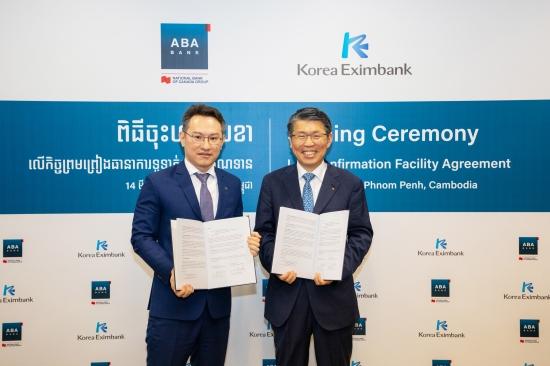 은성수 수출입은행장(오른쪽)은 지난 14일 캄보디아 프놈펜에서 아스캇 아지카노브 ABA은행장과 1000만달러 규모의 신용장확인 한도계약을 체결했다. 수출입은행 제공