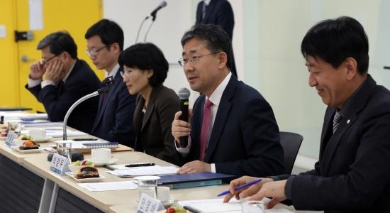 박양우 신임 문화체육부 장관이 12일 열린 관광산업 혁신 성장 간담회에서 향후 정책 방향에 대해 설명하고 있다. 문체부 제공