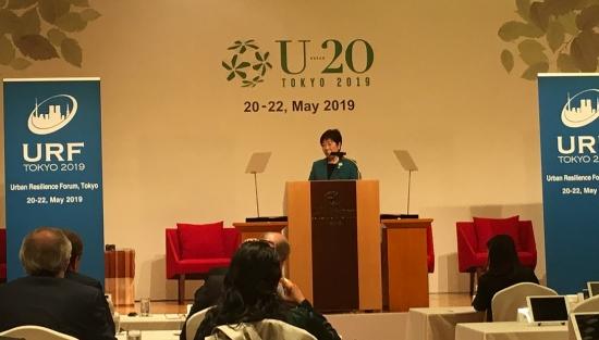 고이케 유리코(小池百合子) 도쿄도지사가 'U20(Urban 20) 시장(市長)회의'에서 연설하고 있다.