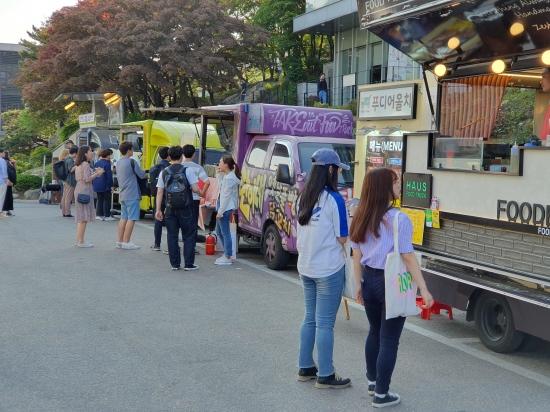 성균관대학교 축제 둘째 날인 16일 학생들이 푸드트럭에서 음식을 사고 있다. /배태웅 기자