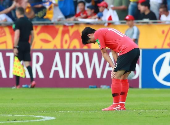 한국이 두번째 실점을 허용하자 이강인이 아쉬워하고 있다. 연합뉴스