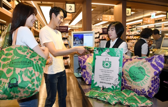 16일 신세계백화점 본점 지하 슈퍼마켓에서 모델들이 페트병으로 만든 친환경 장바구니를 선보이고 있다. /허문찬기자  sweat@hankyung.com